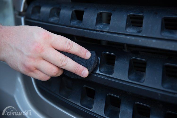 Mudah Kusam, Simak Tips Merawat Panel Hitam di Eskterior Mobil
