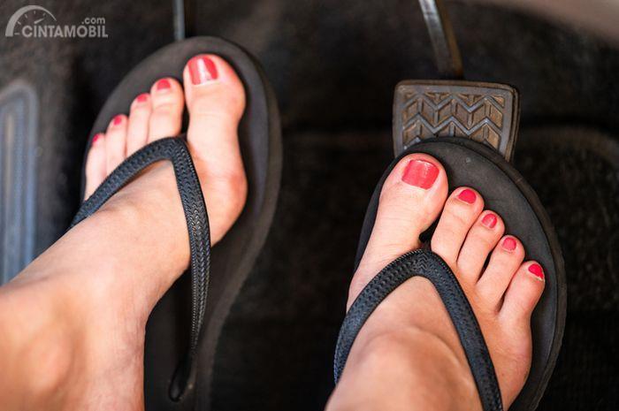 Foto pengemudi memakai sandal jepit saat mengemudikan mobil