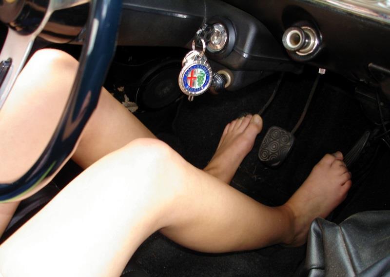 Seorang wanita mengemudi tanpa alas kaki