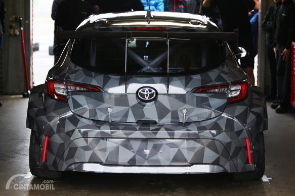 Gambar mobil Toyota Corolla balap dilihat dari sisi belakang