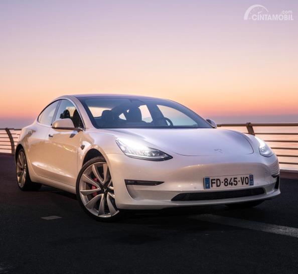 Gambar mobil Porsche berwarna putih dilihat dari sisi depan