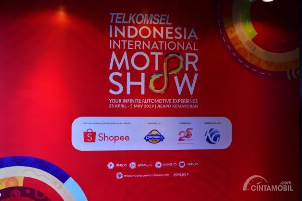 Gambar menunjukkan banner untuk event Indonesia International Motor Show (IIMS) 2019
