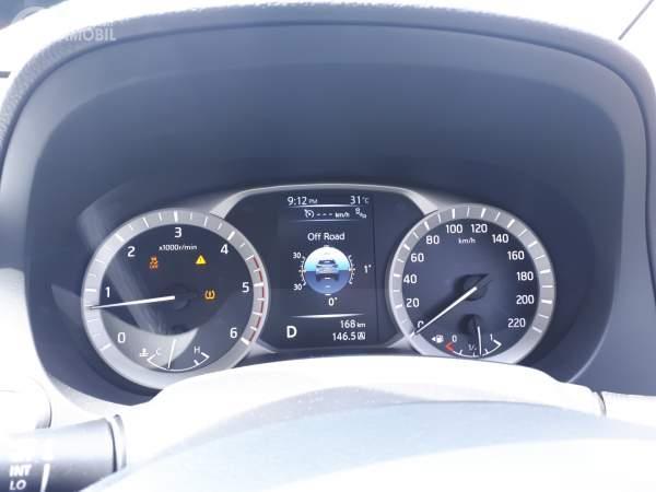Foto dasbor mobil Nissan Terra 4x4 VL 2019 dengan banyak fitur di dalamnya