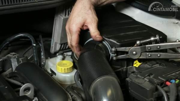 Pengecekan air filter mobil di bengkel