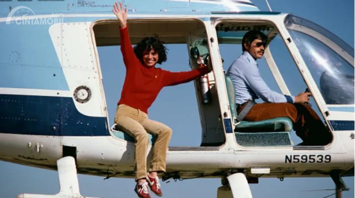 Kitty O'Neil berbaju merah di dalam helikopter