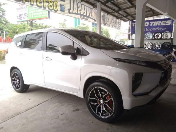 Mitsubishi Xpander putih sedang ganti pelek di garasi