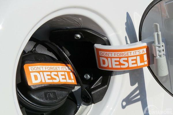 Stiker petunjuk bahan bakar diesel terpasang di tutup tangki bahan bakar