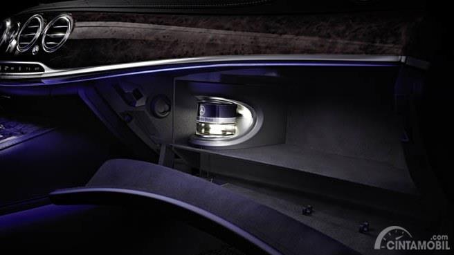 sistem parfum Mercedes S-Class berwarna bening dan hitam