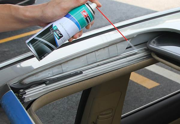 Gunakan pelumas untuk merawat rel sunroof