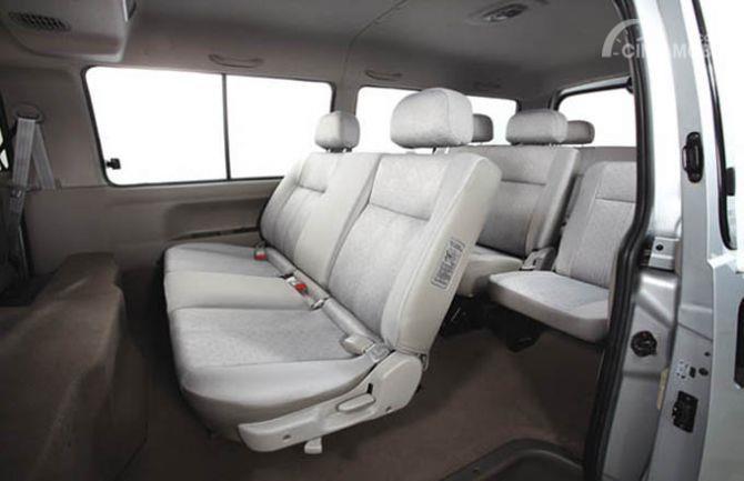 Kursi KIA Pregio 2008 mampu dilipat sehingga penumpang dapat tiduran selama perjalanan