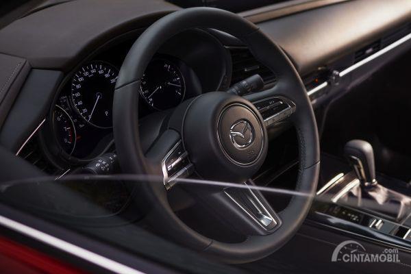 Setir Mazda CX-30 ada banyak fitur dengan tombol di palang kanan-kiri