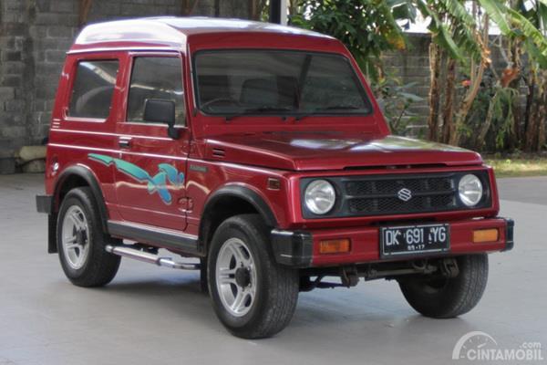 Suzuki Katana GX warna merah difoto di parkiran