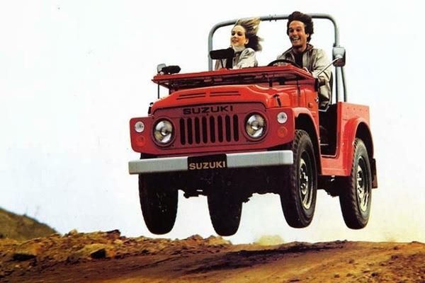 Suzuki Jimny LJ80 warna merah sedang bermanuver lompat dalam kecepatan tinggi