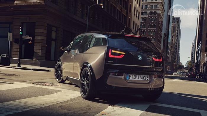 Desain body belakang BMW i3 2019 berwarna coklat sedang beralan di jalan Indonesia