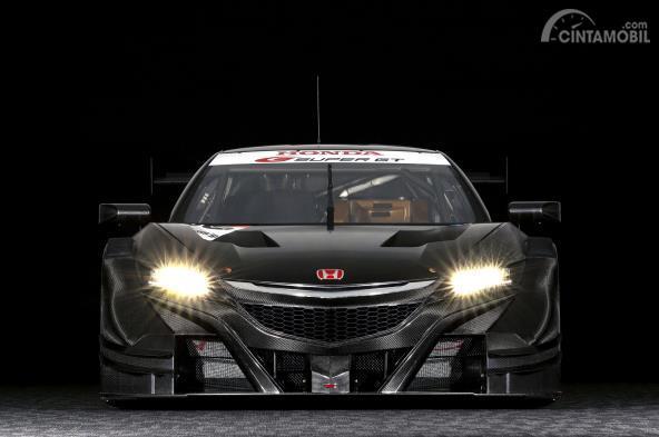 Tampak depan mobil Honda NSX Concept GT 2017 yang sedang menyala lampu depan