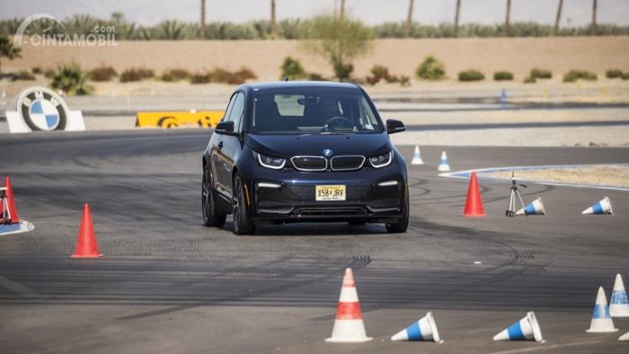 Gambar menunjukkan mobil BMW i3 2019 test drive safety course.