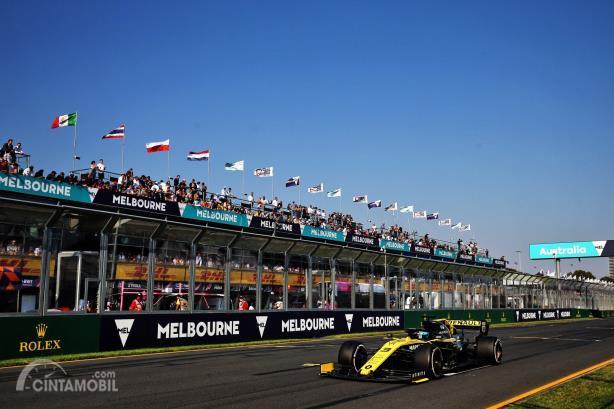 Daniel Ricciardo melintasi garis start-finis di Sirkuit Albert Park