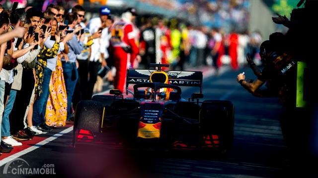 Max Verstappen melintasi pit lane usai menuntaskan balapan di peringkat ketiga