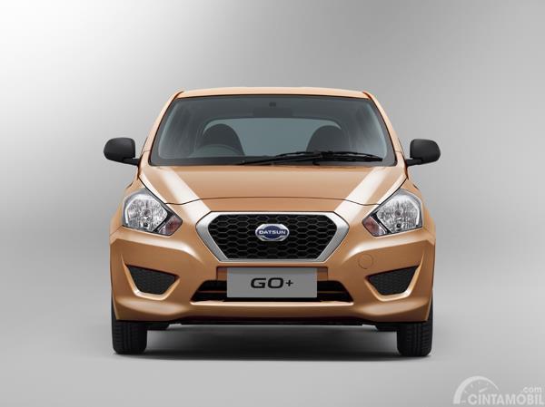 Gambar menunjukkan tampilan depan pada Datsun GO+ 2014 berwarna coklat
