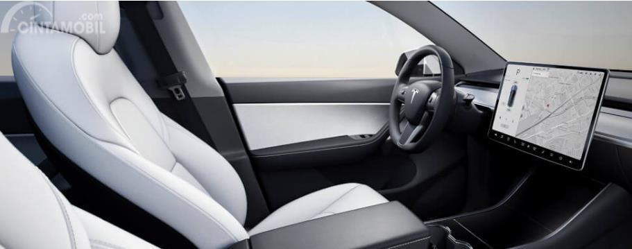 kursi Tesla Model Y 2019 berwarna putih