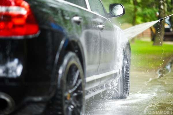 Cuci mobil pada SUV berwarna hitam di garasi