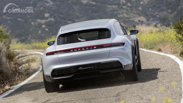 Porsche Taycan Cross Turismo tampak belakang