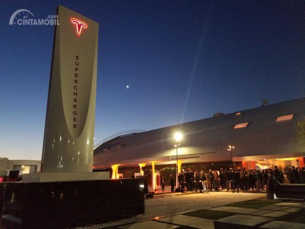 Tesla Hadirkan Jaringan Pengisian Listrik Cepat Terbesar di Dunia