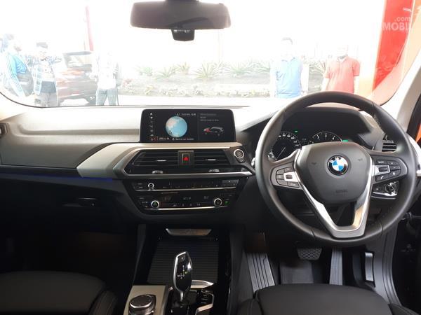 Gamabr menunjukkan desain bagian Dasbor dan setir mobil BMW X3 sDrive20i 2019