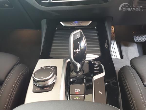 Gambar menunjukkan Fitur iDrive pada BMW X3 sDrive20i 2019