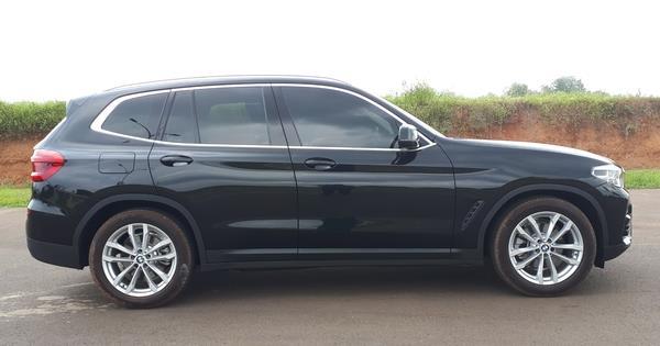 Foto mobil BMW X3 sDrive20i 2019 berwarna hitam dilihat dari sisi samping