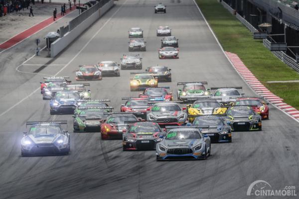 Gambar menunjukkan aksi start Blancpain GT Asia 2018 di Sirkuit Sepang, Malaysia