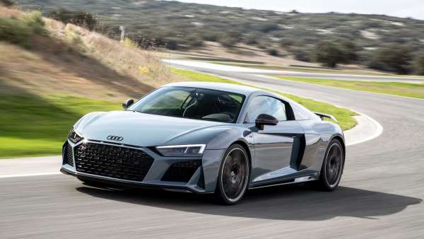 Audi R8 V10 warna silver sedang balap di sirkuit