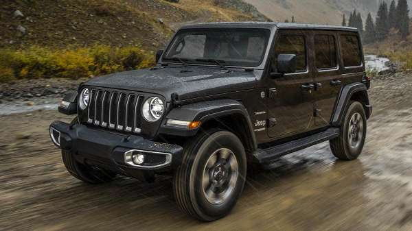 Jeep Wrangler JL Unlimited warna htam sedang off-road
