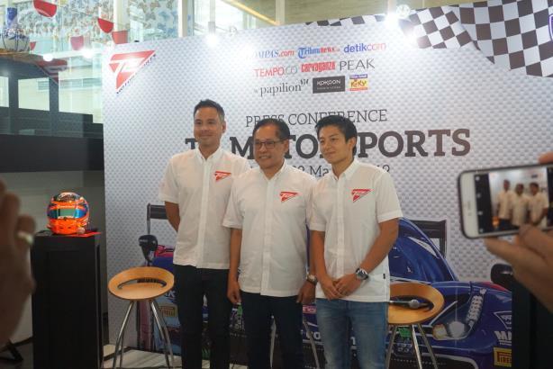 Pembalap T2 Motorsport (ki-ka): David Tjiptobiantoro, Team Principal Irmawan Poedjoadi, Rio Haryanto