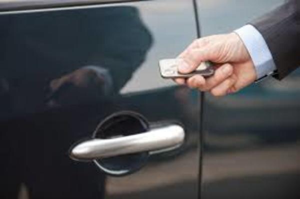 Ilustrasi cara menggunakan keyless entry pada mobil