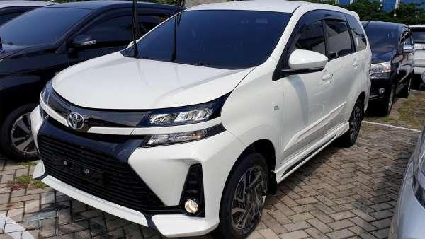 Toyota Avanza Veloz warna putih sedang terparkir