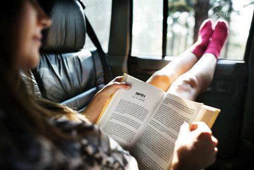 Amankah Membaca di Dalam Perjalanan Mobil?