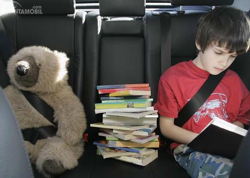 Gambar menunjukkan wanita membaca novel