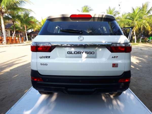 Foto  DFSK Glory 560 2019 warna putih dari belakang