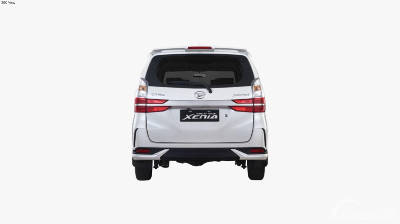 Gambar mobil Daihatsu Grand New Xenia 1.3 R 2019 berwarna putih dilihat dari sisi belakang
