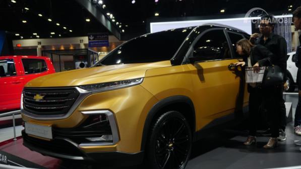 Gambar menunjukkan orang ingin melihat interior All New Chevrolet Captiva 2019