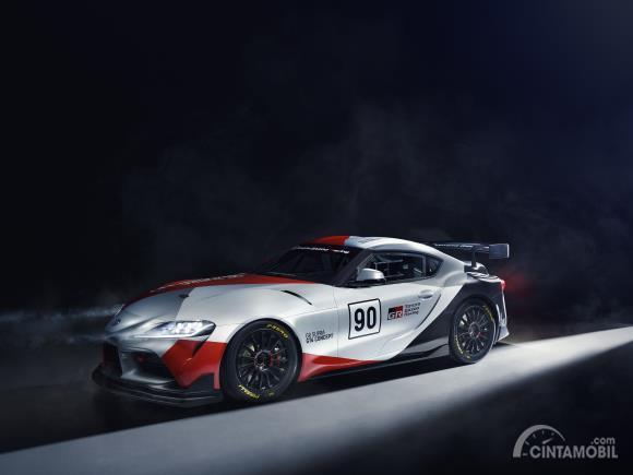 Review Toyota GR Supra GT4 Concept 2019: Gambar menunjukkan bagian samping Toyota GR Supra GT4 Concept 2019