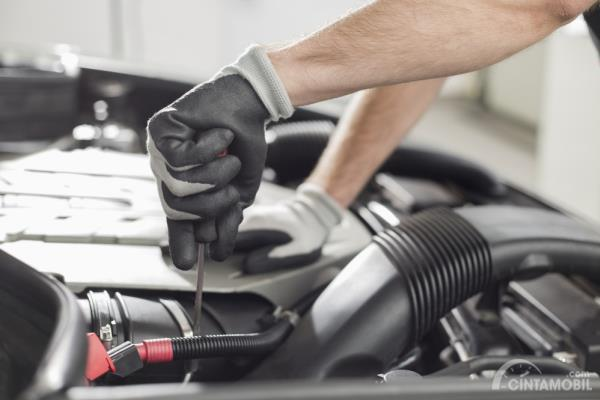 Teknisi memperbaiki mobil