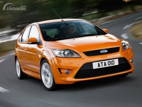 Gambar menunjukkan Ford Focus 2008 berwarna oranye