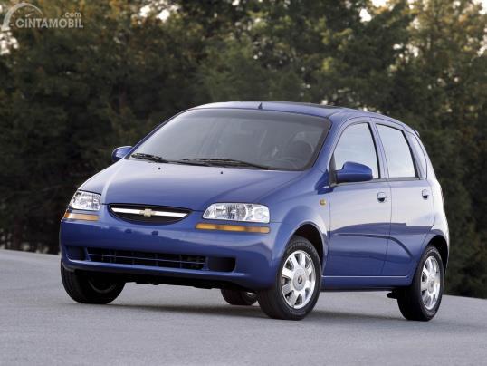 Gambar menunjukkan Chevrolet Aveo 2004 warna biru