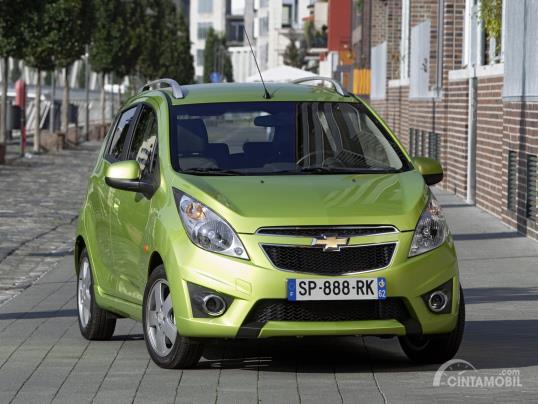 Gambar menunjukkan Chevrolet Spark 2010 warna hijau