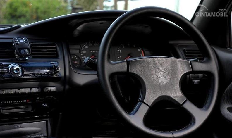 Review Toyota Great Corolla 1992: Setir Toyota Great Corolla 1992 dikemas dengan model 4 palang