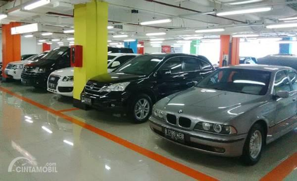 banyak mobil dengan harga murah di showroom mobil bekas