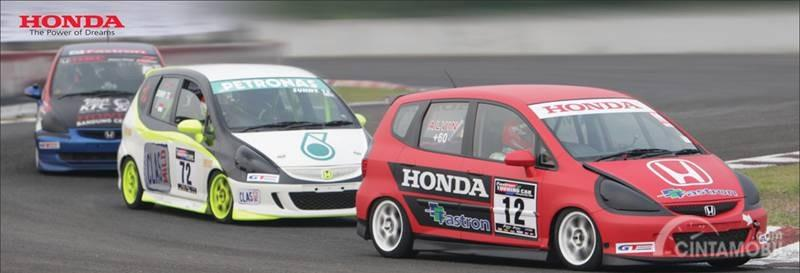 Gambar tiga mobil Honda Jazz Fastron Racing berwarna merah, putih dan biru