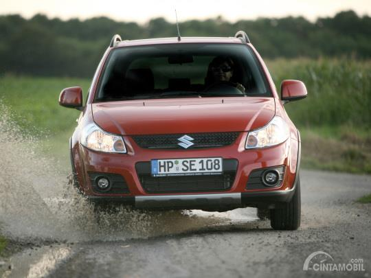 Gambar menunjukkan bagian depan Suzuki SX4 X-Over 2007 berwarna merah